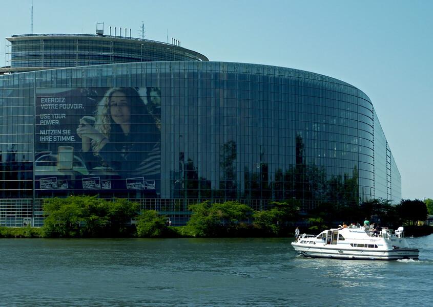 Hausboot im Elsass vor dem Europäischen Parlament in Strassburg
