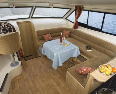 Hausboot mieten Mystique Salon mit Innensteuerstand