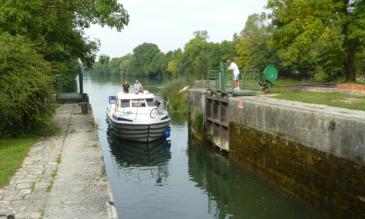 Hausboot fahren Charente Schleuse