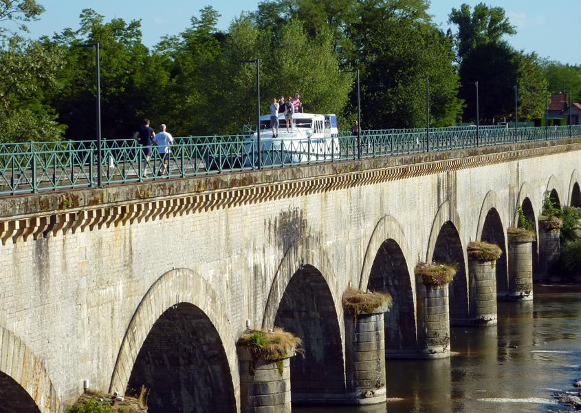 Hausboot Tarpon auf der Kanalbrücke in Digoin Hausboot Loire