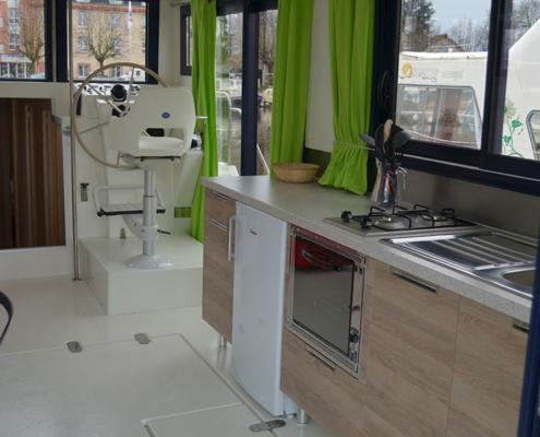 Hausboot La Péniche Küche und Steuerstand