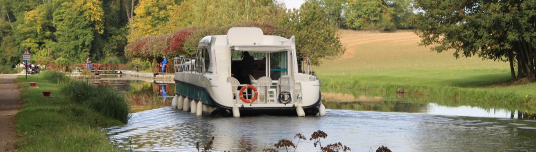 Hausboot auf Kanal im Burgund Frankreich
