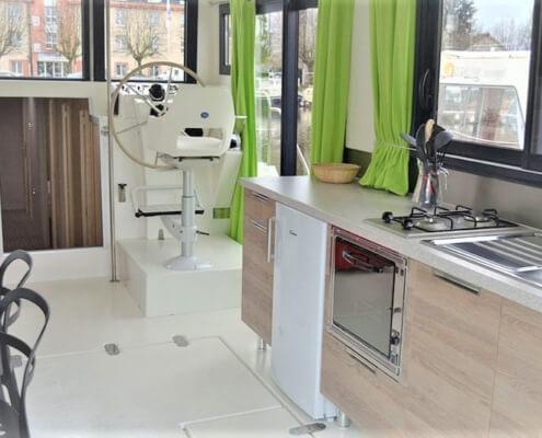 Wohnbereich mit Küchenzeile einer Péniche F