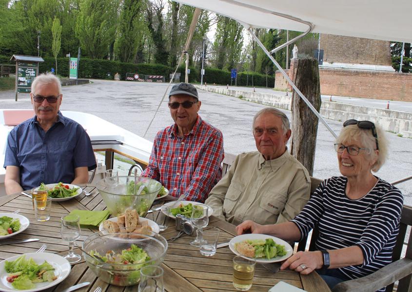 Essen auf der Hausboot Terrasse