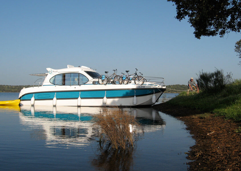 Modernes Hausboot für 4 Personen mit Terrasse