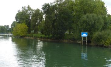 Hausboot auf der Charente Schild für die Fähre Chaniers