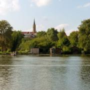 Blick vom Baalensee auf die Stadtkirche Fürstenberg