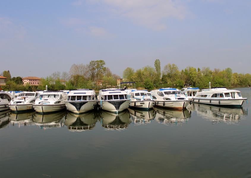 Hausboote im Hafen St.Jean-de-Losne Hausboot Burgund