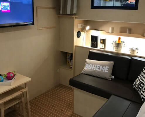 La Peniche P Salon mit Sofa und TV