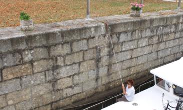 Hausboot in der Schleuse Mayenne