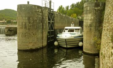 Hausboot Urlaub Ausfahrt aus der Schleuse