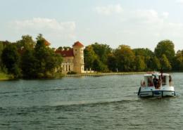 mit dem Hausboot vor Schloß Rheinsberg