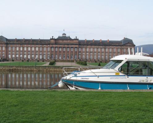 Hausboot vor den Schloss Rohan in Saverne