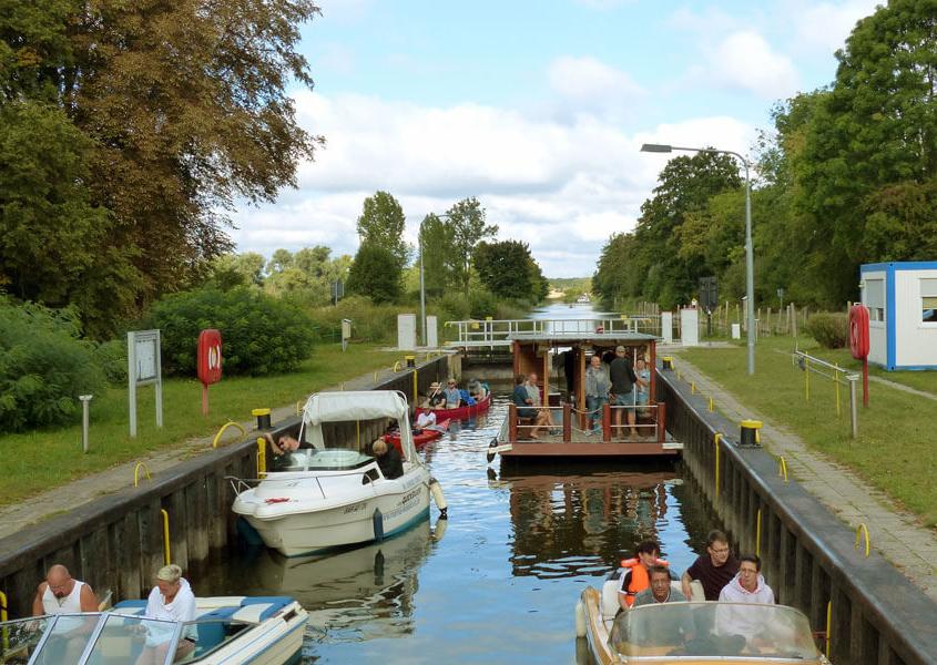 Hausboote in der Schleuse Mecklenburgische Seenplatte