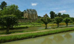 Hausbootfahrt auf dem Canal du Nivernais - Schloss in Chatillon-en-Bazois sichtbar vom Kanal aus