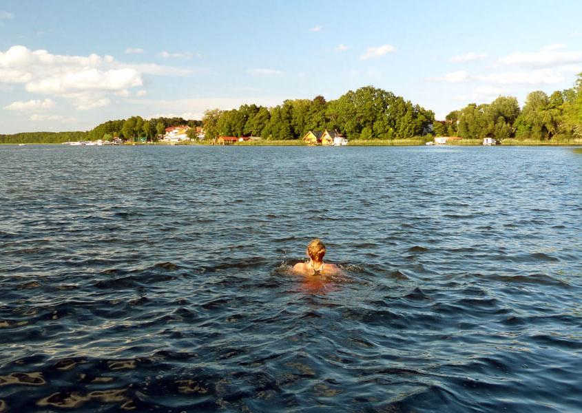 Schwimmen im Mirower See vom Hausboot aus
