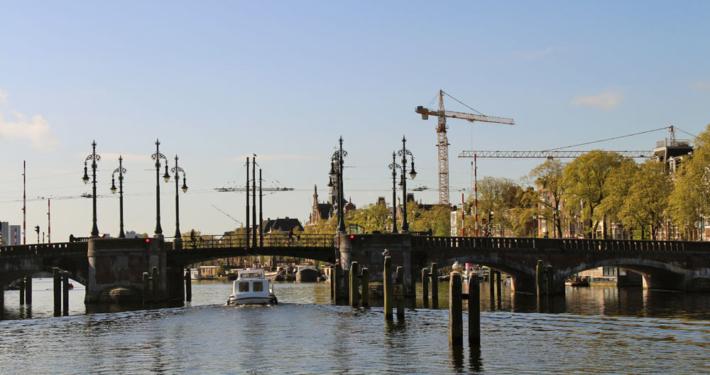 Brücke für Boote in Amsterdam