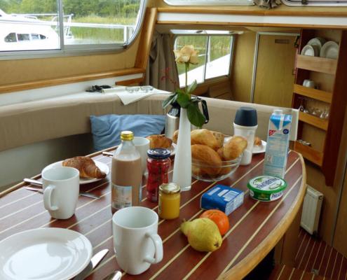 Frühstück an Bord des Hausbootes