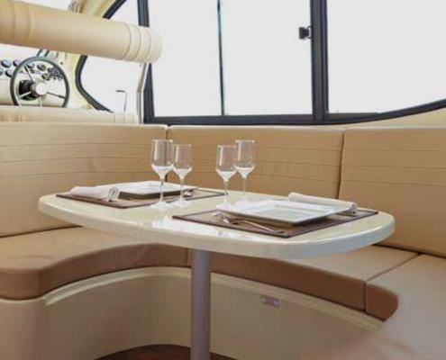 Hausboot Nicols Quattro S Sitzecke und Steuerstand innen