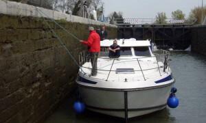 Boot festhalten in einer Schleuse