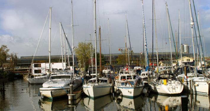 Mit dem Boot in Amsterdam, der Sixthafen perfekt für den Besuch der Stadt